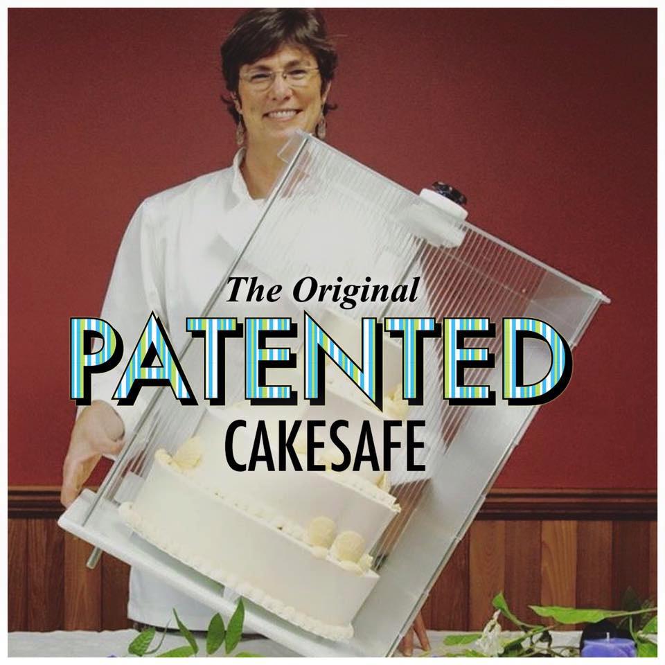 Juli pronken hoe veilig een CakeSafe houden van een taart