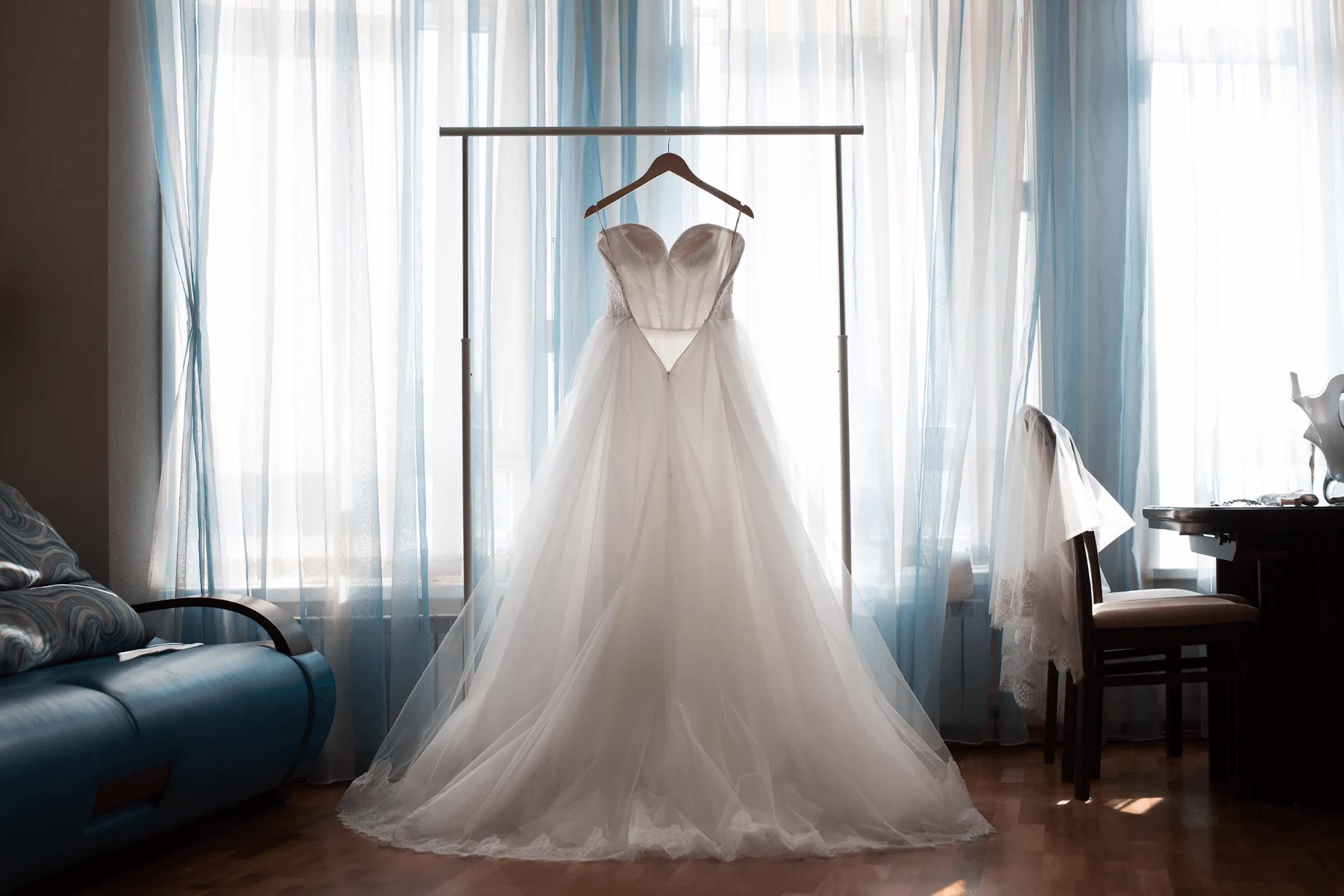 «Красивое. Да, когда-нибудь у меня будет свадьба и я надену такое платье. А может, и не его. Пойду поем»