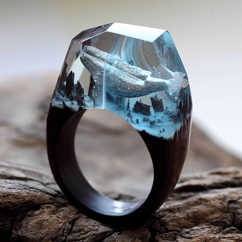 Jewelry made of epoxy resin