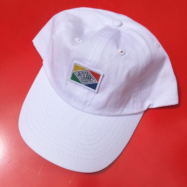 В постоянной коллекции мотокафе «Энтузиаст» есть кепки, свитшоты, футболки, сумки и чашки с классическим логотипом